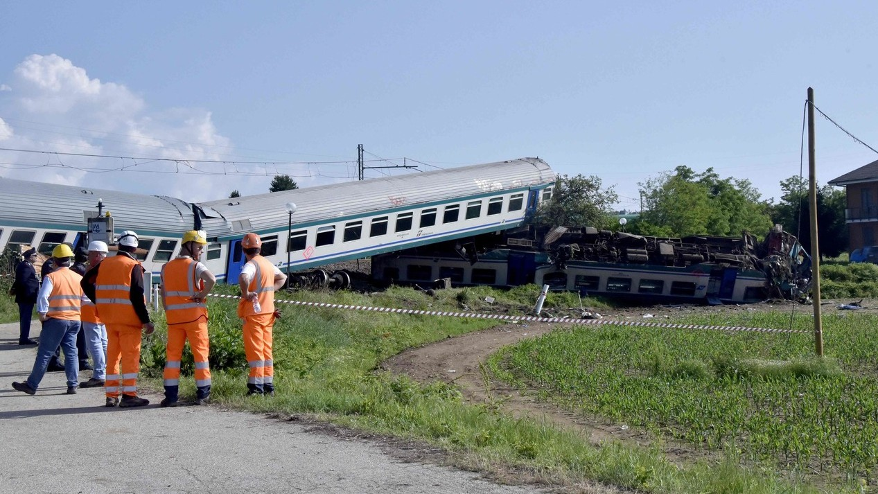 Treno contro tir a Caluso. Due morti e 23 feriti nella notte: indagato l'autista