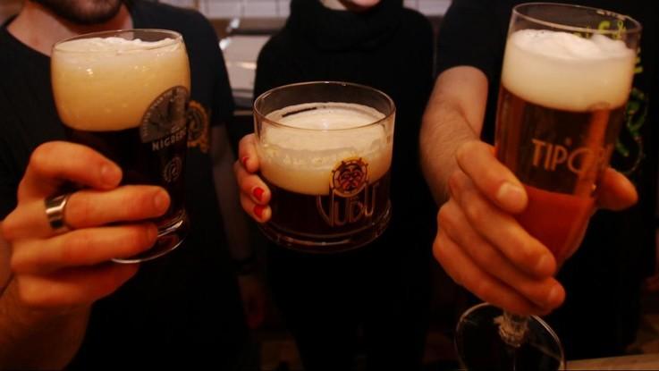 Gli italiani diventano bevitori di birra: amano le bionde, ma anche le speciali