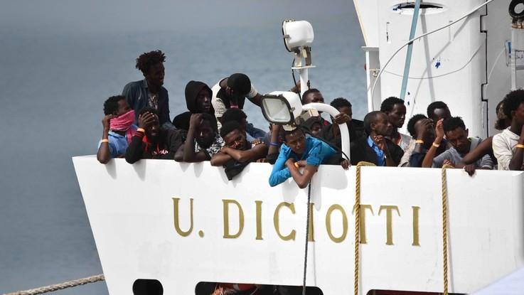 """La Diciotti della guardia costiera verso Pozzallo con 523 migranti a bordo. Il sindaco: """"Noi avvertiti per ultimi"""""""