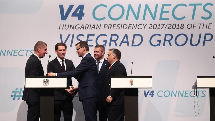 """Migranti, Visegrad-Austria: """"Rafforzare frontiere Ue"""". Ma distanza su quote"""