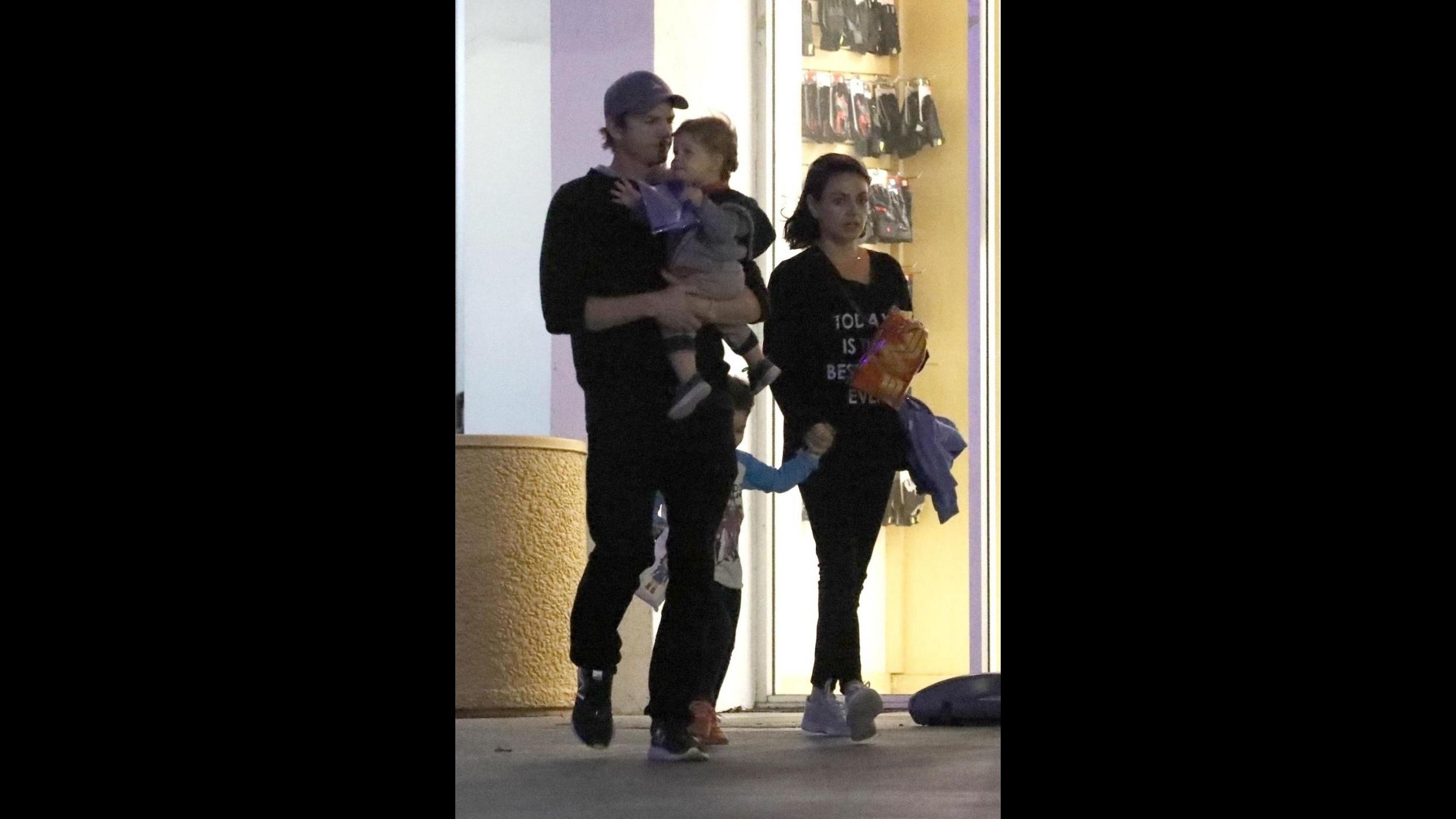 """Ashton Kutcher e Mila Kunis, """"wonder genitori"""" dopo la Women's March"""