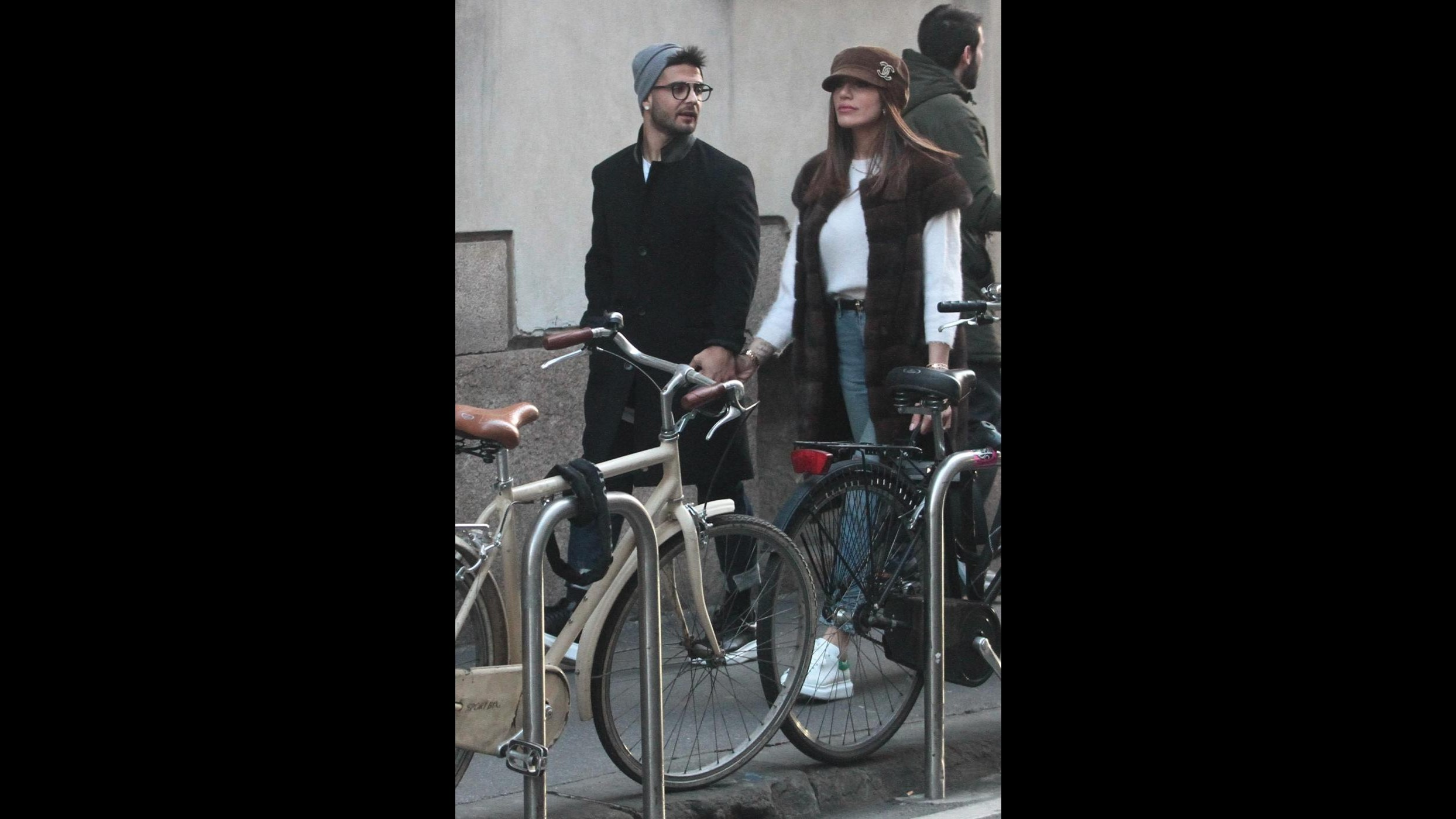 Shopping a Milano per Lorenzo e Jenny: il bacio romantico degli Insigne