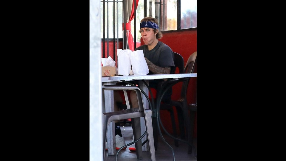 Justin Bieber pranzo solitario a Hollywwod ©Backgrid/LaPresse