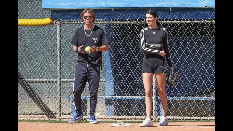 Kendall Jenner gioca a softball ©BACKGRID USA