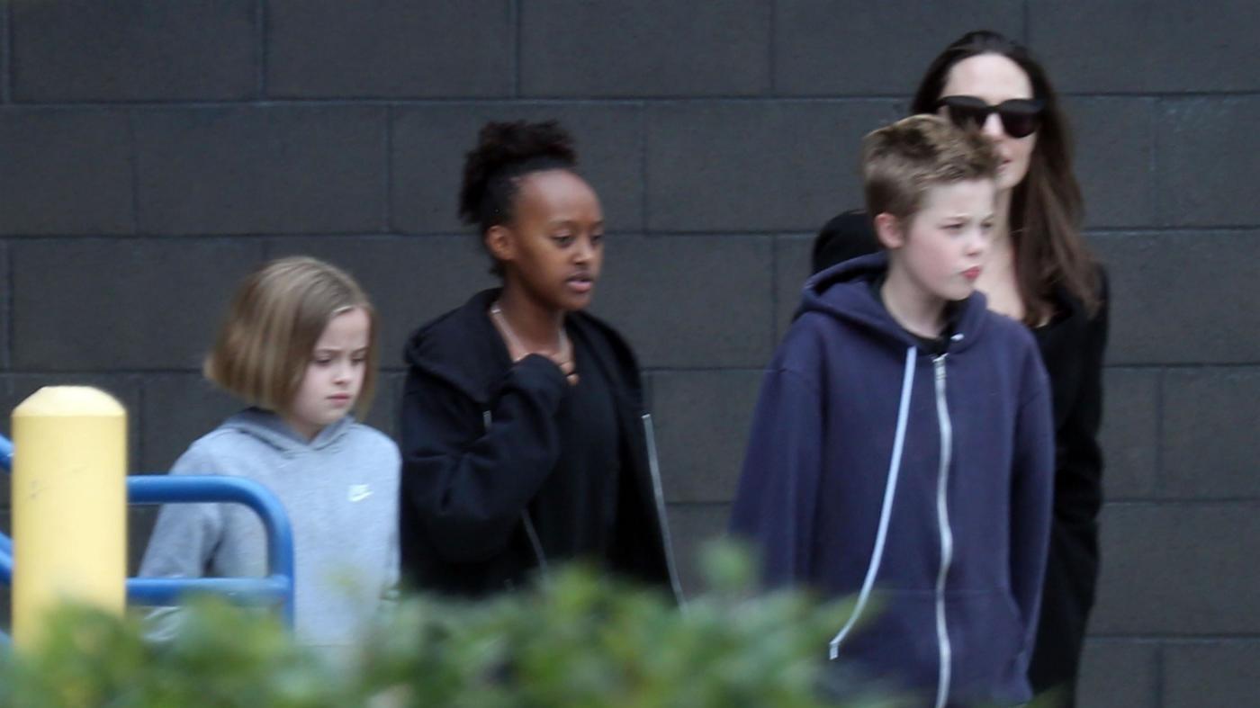 """Angelina Jolie è curiosa: al cinema con i figli per vedere """"Tomb Raider"""""""