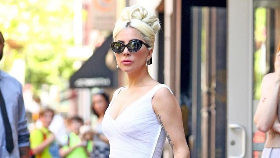 best service ea2ee f480e Ritorno agli anni '50: look retrò per Lady Gaga