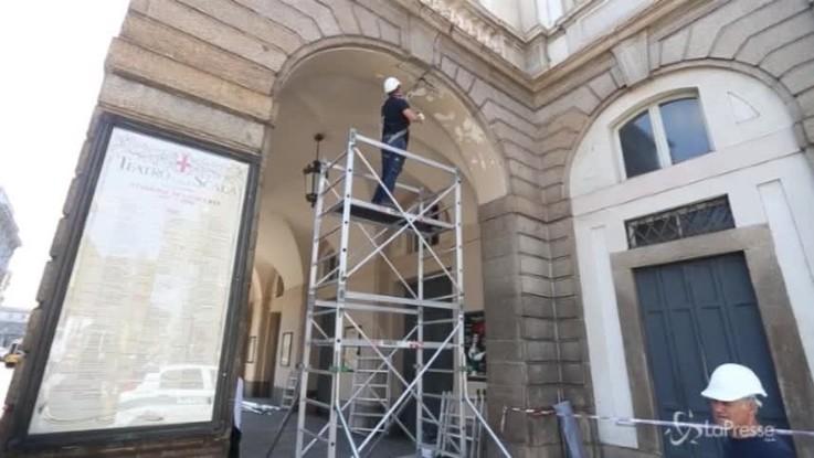 Milano, cadono calcinacci dal porticato della Scala: nessun ferito