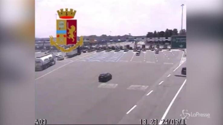 Il tir fa inversione in autostrada. Le immagini della manovra sull'A9