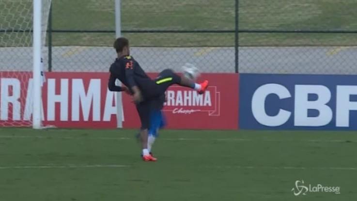 Brasile: allenamento davanti ai tifosi, Neymar dribbla alcuni bambini