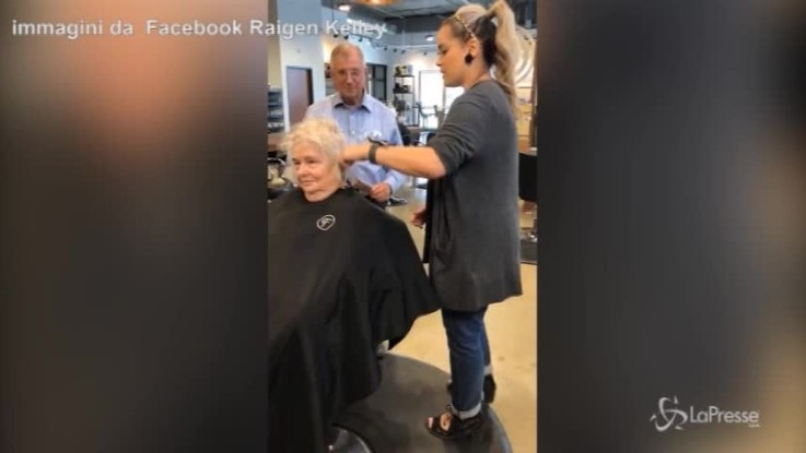 Lei non riesce più a farsi la piega, il marito prende lezioni da una parrucchiera