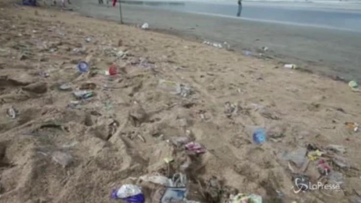 Emergenza rifiuti: un mare di plastica nelle nostre spiagge
