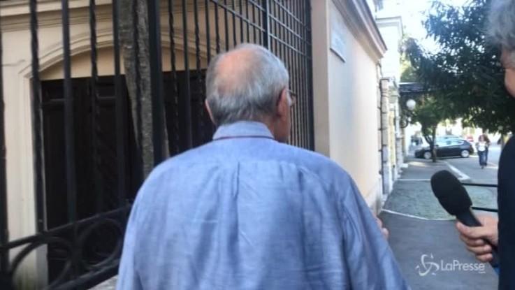 Governo, Savona incalzato dai giornalisti rinuncia alla sua camminata
