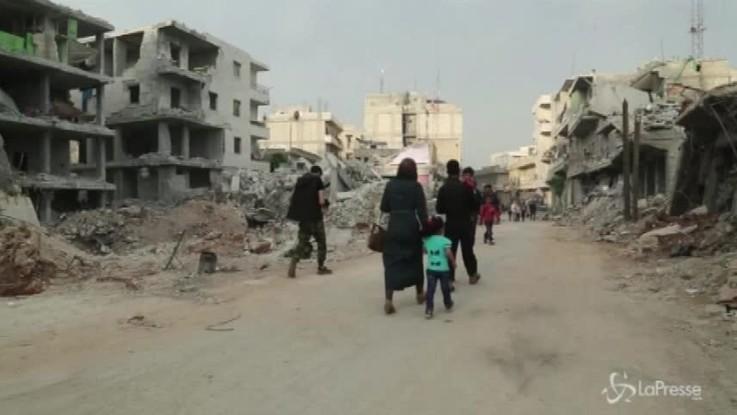 Siria, una famiglia trova rifugio in una casa abbandonata ad Afrin