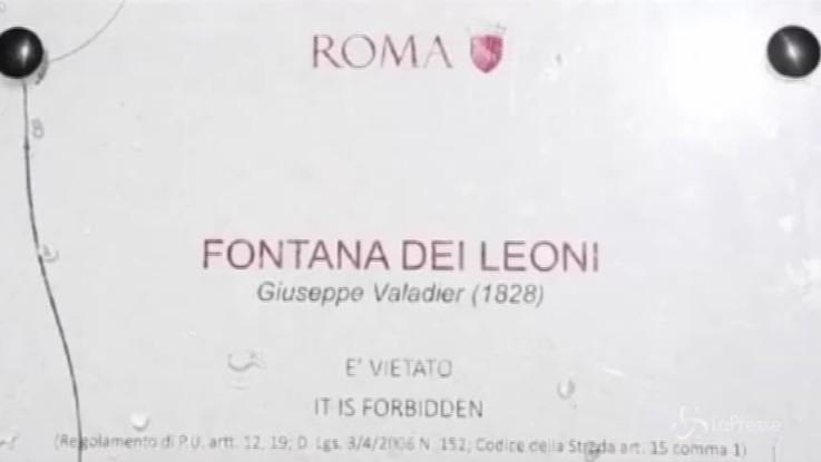 Ripulita la Fontana dei Leoni a Roma