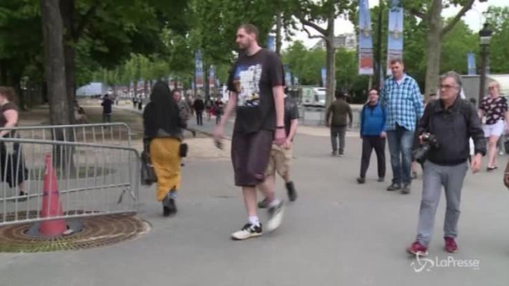 """Ecco i più alti al mondo: raduno di """"giganti"""" a Parigi"""