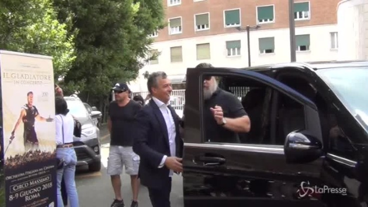 """Russell Crowe arriva nella Capitale e grida: """"Forza Roma!"""""""