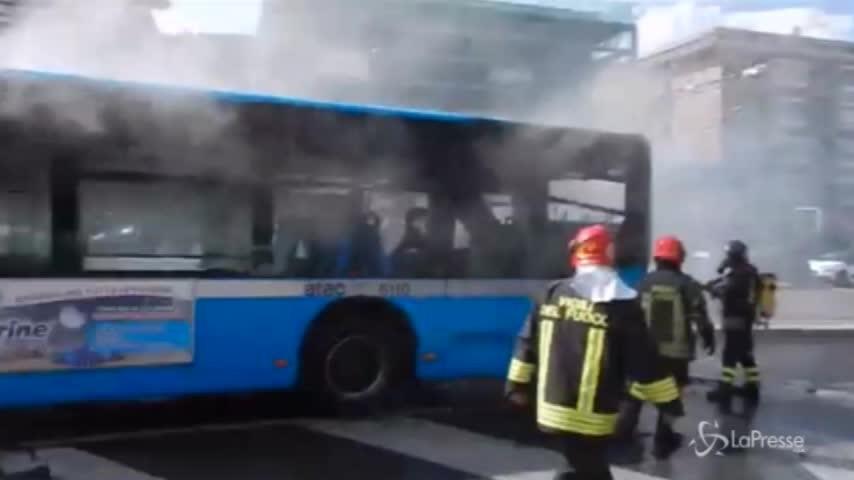 Roma, autobus in fiamme vicino al Vaticano: l'intervento dei vigili del fuoco
