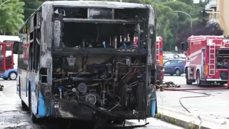Roma, bus in fiamme a due passi dal Vaticano: la carcassa della vettura