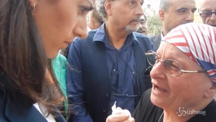 Virginia Raggi nel degrado di Tor Bella Monaca: ascolta e consola i residenti
