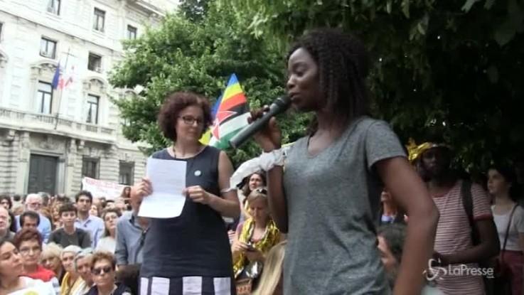 """Milano, immigrata in lacrime: """"Non si bloccano le persone"""""""