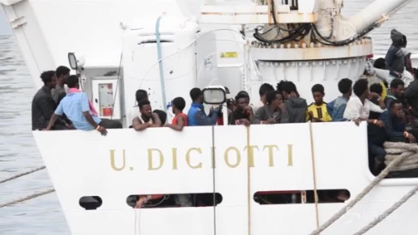 Arrivati a Catania 932 migranti a bordo di nave Diciotti