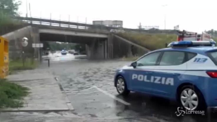 Ancona, corsa contro il tempo: salvate due donne in auto sott'acqua