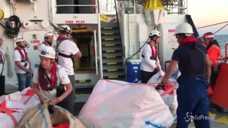 Aquarius, l'arrivo dei rifornimenti della Guardia Costiera