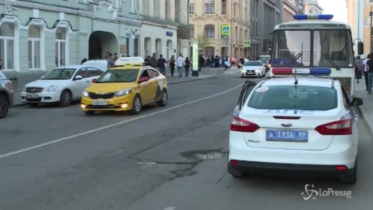 Taxi sulla folla a Mosca, sette feriti