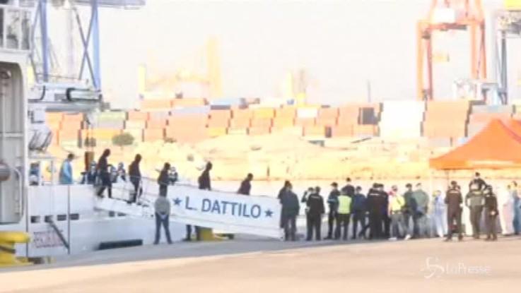Aquarius, i primi migranti sbarcano a Valencia