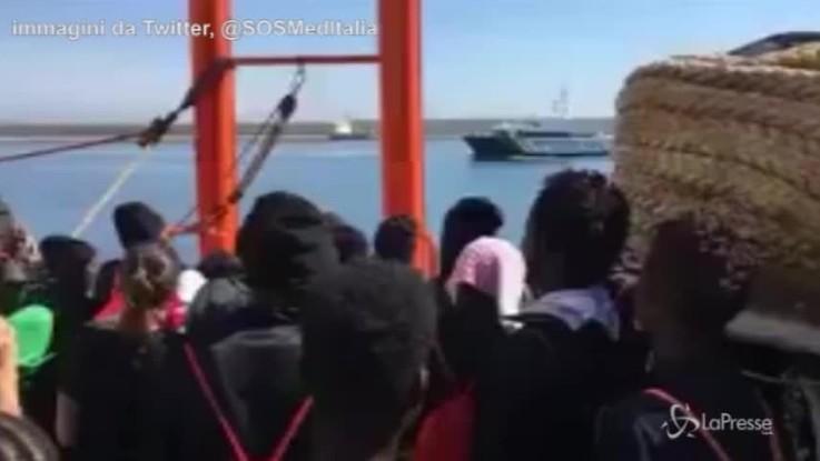 Aquarius, l'odissea è finita: canti e balli dei migranti sulla nave prima di arrivare a Valencia