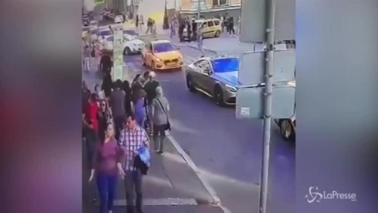 Taxi sulla folla a Mosca, le immagini di una telecamera di sorveglianza