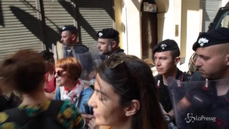 """Torino, protesta No Tav: i militanti """"calpestano"""" Chiamparino"""