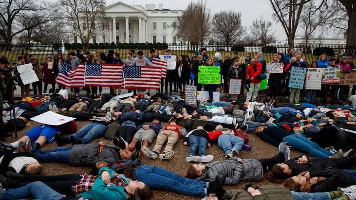 """Studenti Usa alla Casa Bianca: """"Stop armi, scuole sicure"""""""