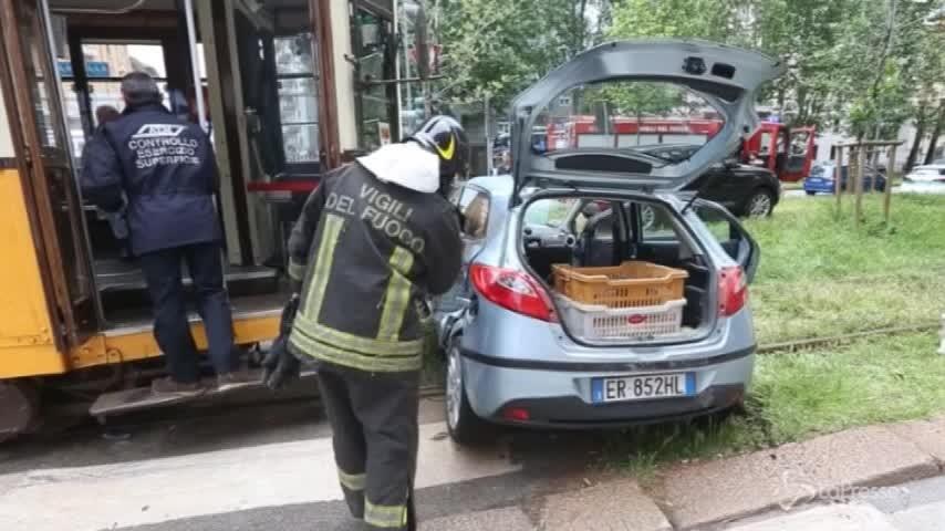 Milano, incidente stradale fra auto e tram in viale Zara