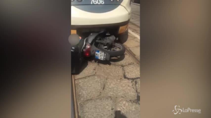 Milano, rider incastrato sotto al tram: il video dopo l'incidente