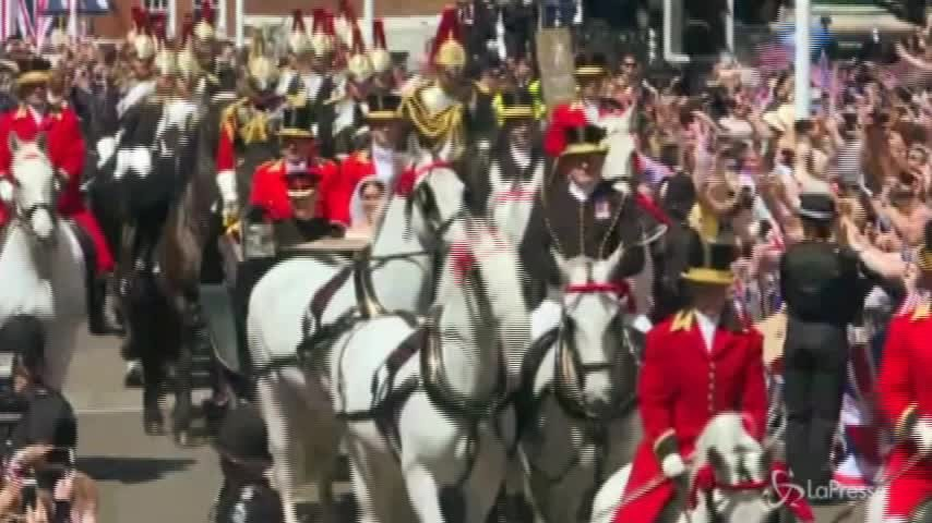 Royal Wedding, Harry e Meghan iniziano la processione lungo Windsor