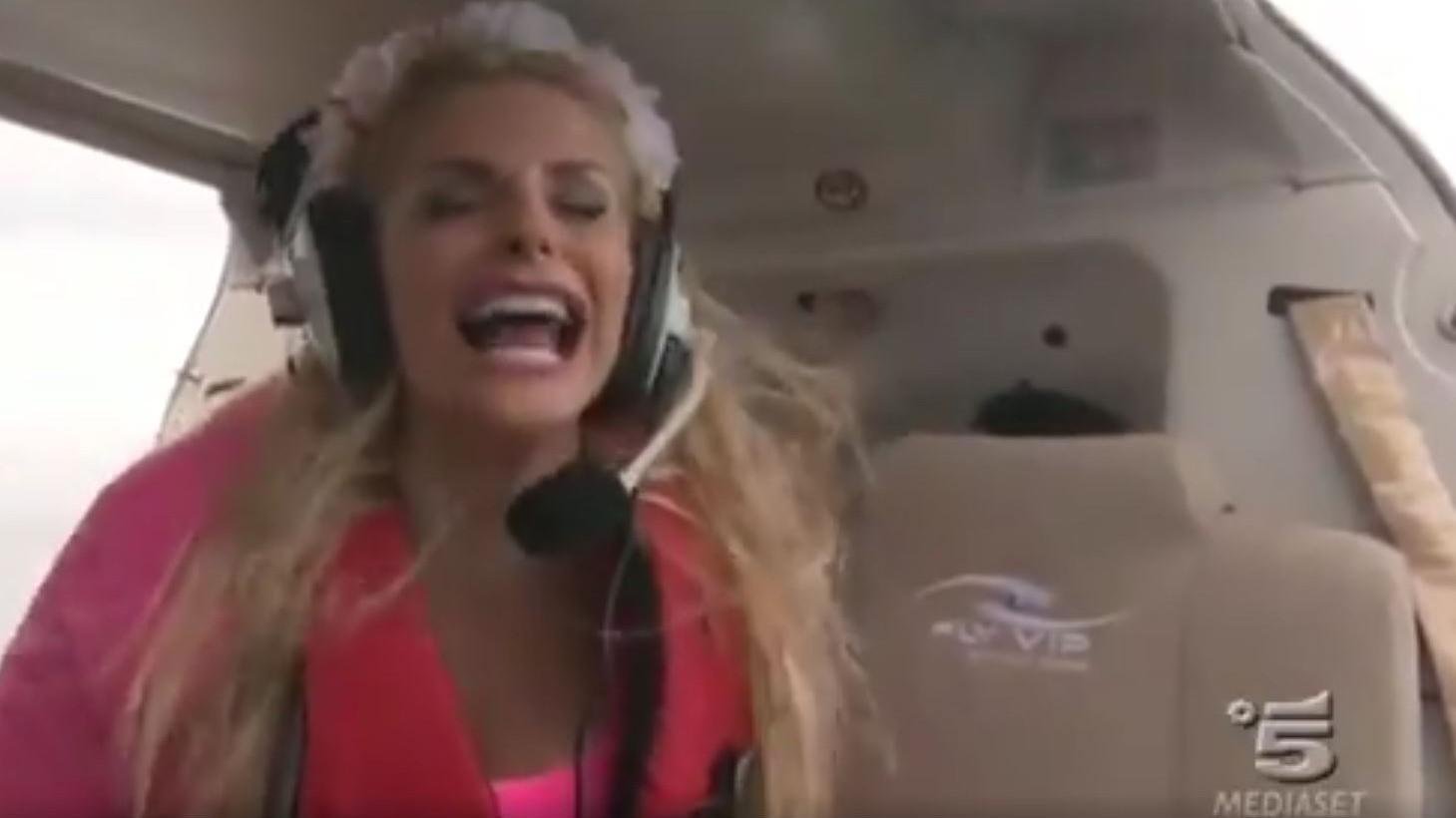 Isola dei famosi 2018, è Francesca Cipriani show: l'attacco di panico sull'elicottero   VIDEO