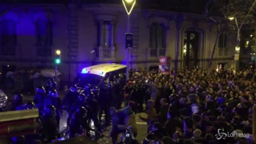 Catalogna, 87 feriti nelle proteste contro il fermo di Puigdemont