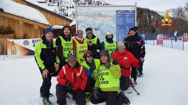 Vigili del Fuoco e non vedenti: a sciare insieme sulle Dolomiti