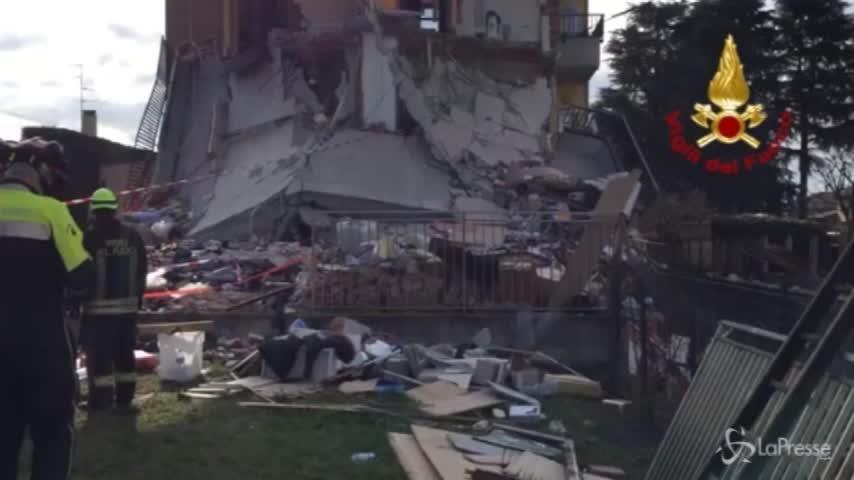 L'intervento dei vigili del fuoco nella palazzina crollata a Rescaldina