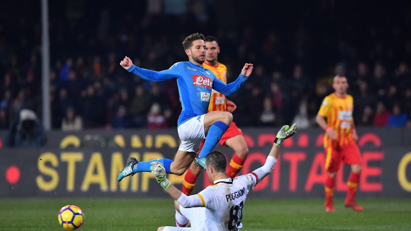 Mertens e Hamsik, il Napoli fatica ma passa a Benevento