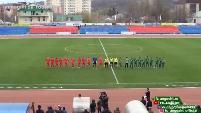Russia, la partita di calcio la presenta un orso