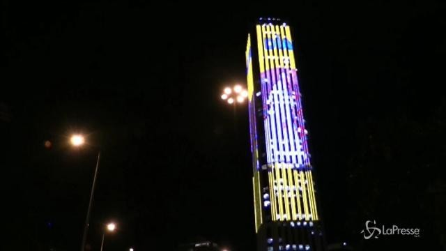 Bogotà, le immagini del Papa scorrono sul grattacielo più alto
