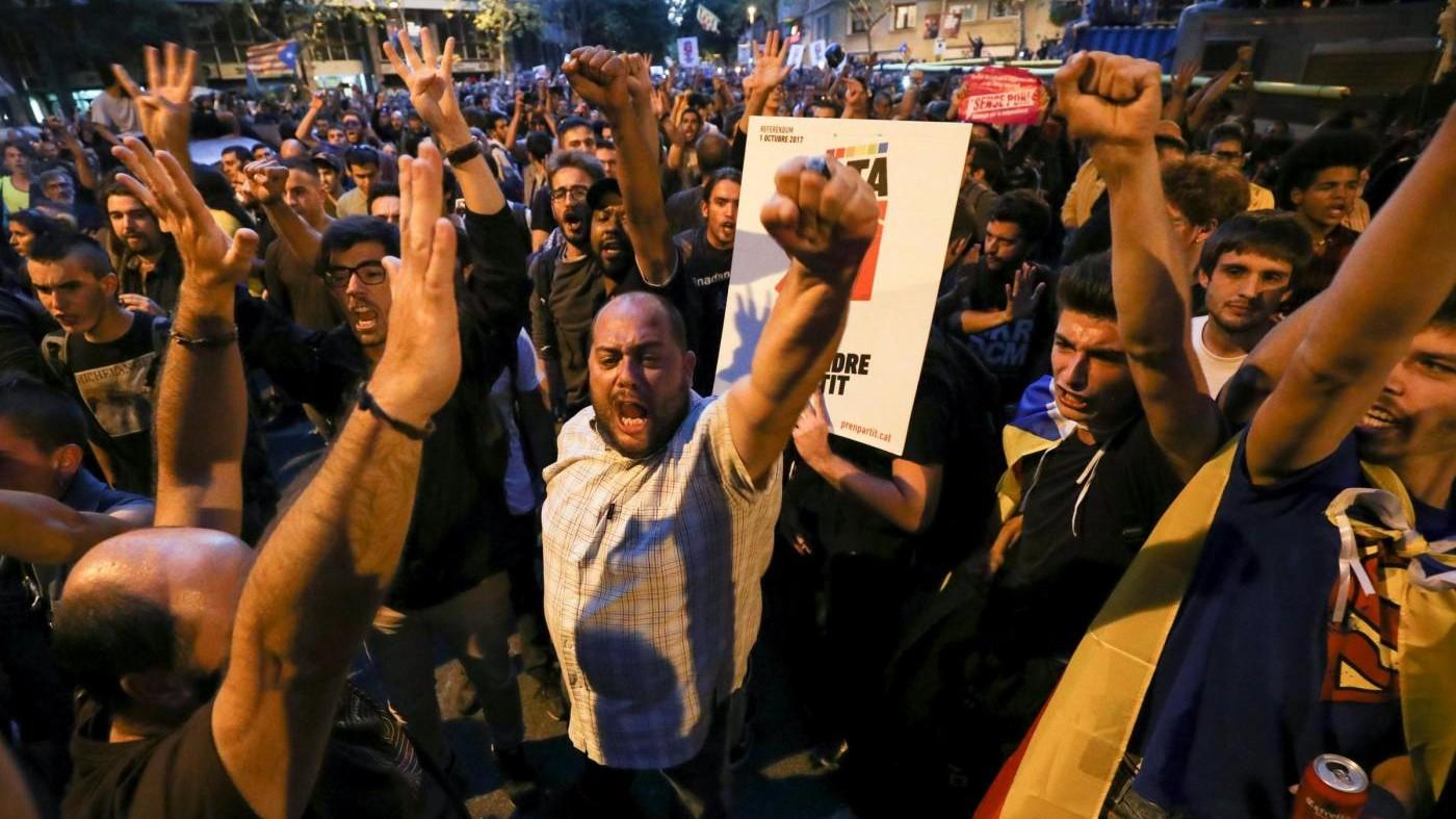 """Catalogna, protesta si sposta a Palazzo di Giustizia: """"Liberate i 14 arrestati"""""""