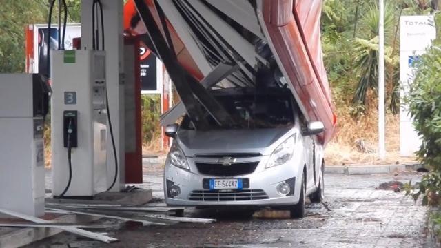 Roma: pensilina di un benzinaio crolla su un'auto