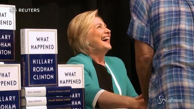New York, Hillary Clinton autografa il suo nuovo libro a centinaia di fan