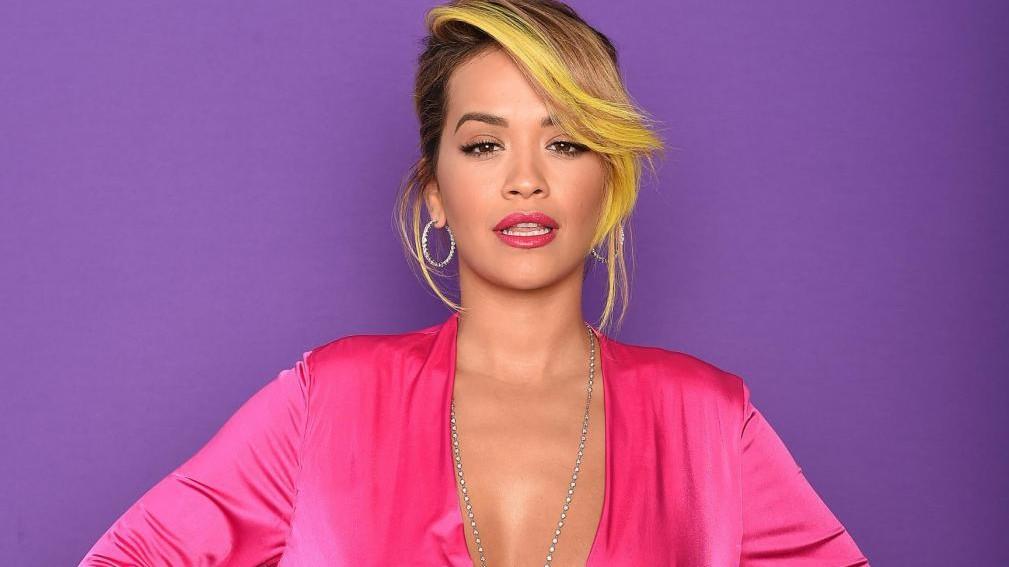 """Rita Ora condurrà gli Mtv EMAs 2017 e ai fan dice: """"Preparatevi!"""""""