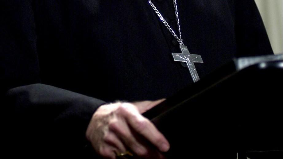 Pedofilia, ex parroco ai domiciliari evade da clinica in taxi
