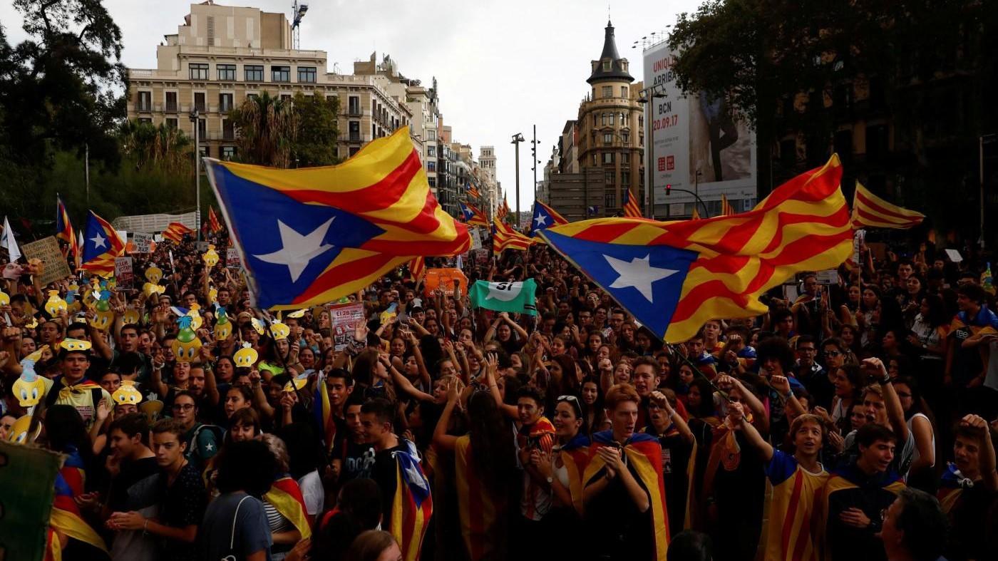 Referendum Catalogna, seggi chiusi e polizia schierata. Resistenza nelle scuole