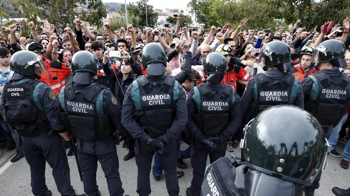 Referendum Catalogna, Guardia Civil usa la forza: 761 feriti, anche 11 agenti